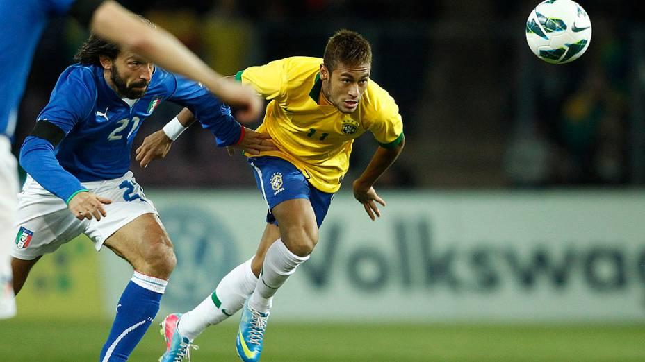 Neymar disputa a bola no amistoso entre Brasil e Itália