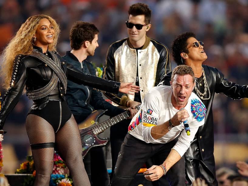 Beyoncé, Chris Martin do Colplay e Bruno Mars, durante o intervalo do Super Bowl, na Califórnia