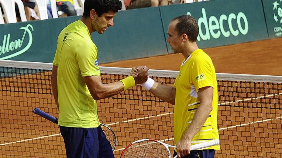 Marcelo Melo e Bruno Soares comemoram vitória sobre a dupla do Equador Giovanni Lapentti e Gonzalo Escobar, em confronto válido pela Copa Davis, em Guaiaquil