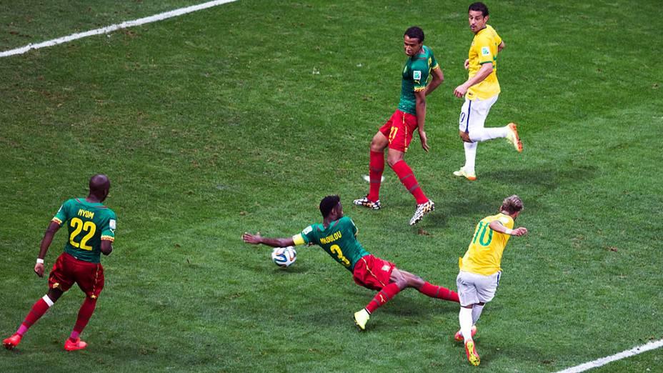 Neymar chuta e marca o segundo gol do Brasil contra Camarões no Mané Garrincha, em Brasília