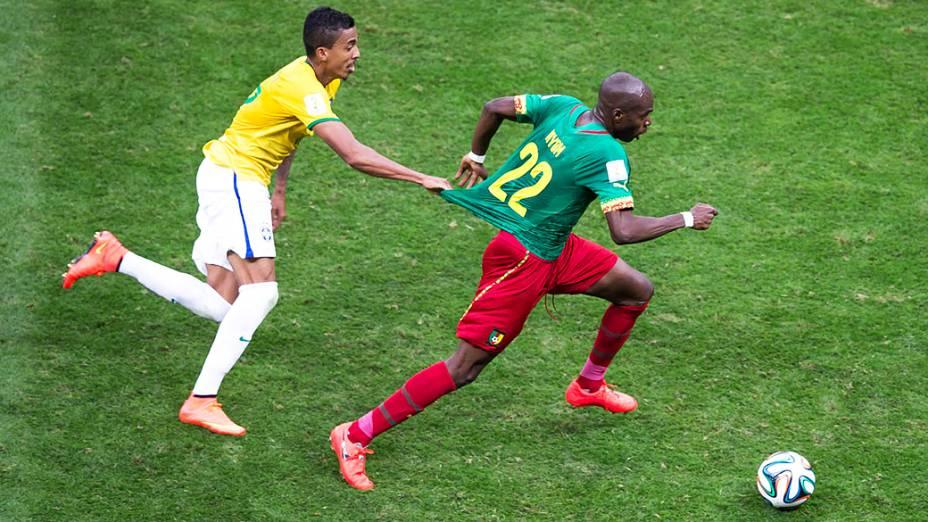 Luiz Gustavo marca o jogador de Camarões no Mané Garrincha, em Brasília