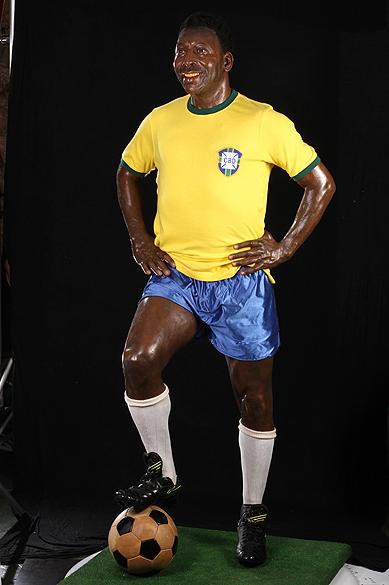 Objetos do acervo pessoal de Pelé no livro As joias do rei, de Celso de Campos Jr. Na imagem, est<span>átua em tamanho natural de Pelé</span>