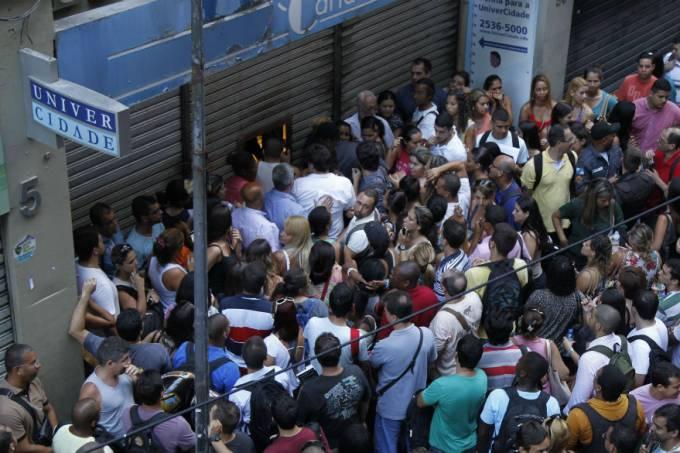 estudantes-fazem-fila-em-busca-de-documentos-academicos-na-porta-da-sede-da-univercidade-na-rua-goncalves-dias-no-centro-do-rio-original.jpeg
