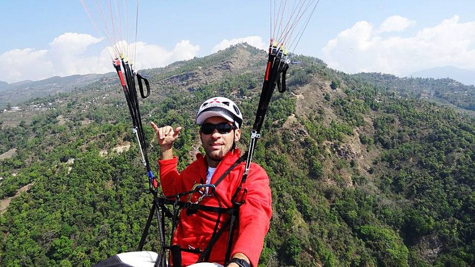 Raineri tentou saltar de parapente do alto da montanha, mas não conseguiu