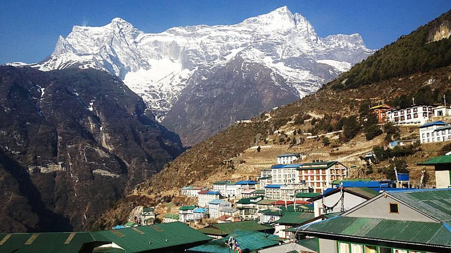 Foto de vilarejo localizado ao pé da montanha