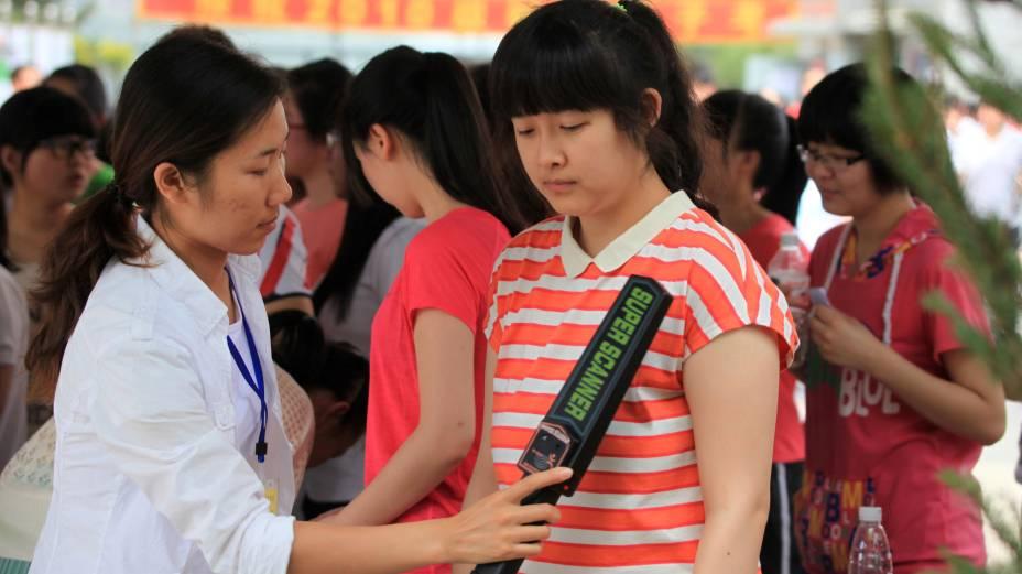 Estudantes chineses precisam passar por detector de metal antes de ingressar nas salas de prova