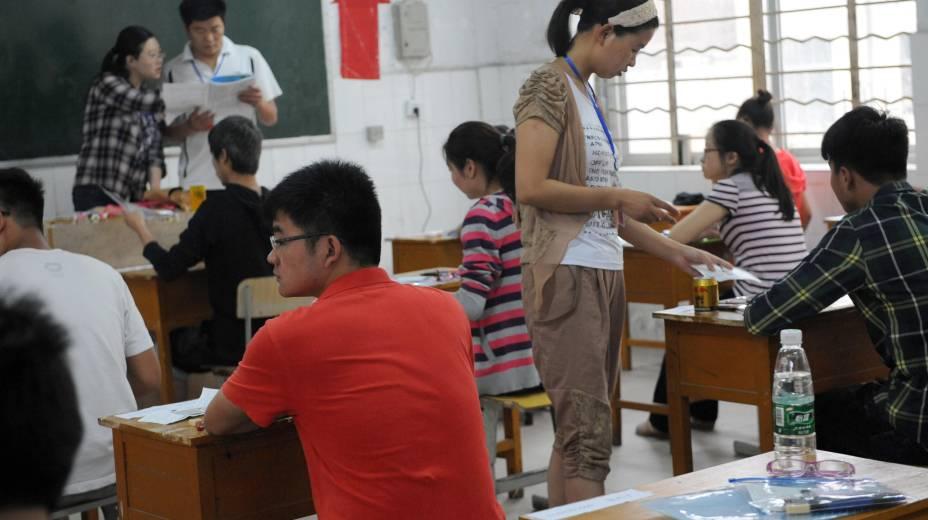 Fiscais checam documentos de alunos antes de entrega de prova do vestibular chinês, o Gaokao