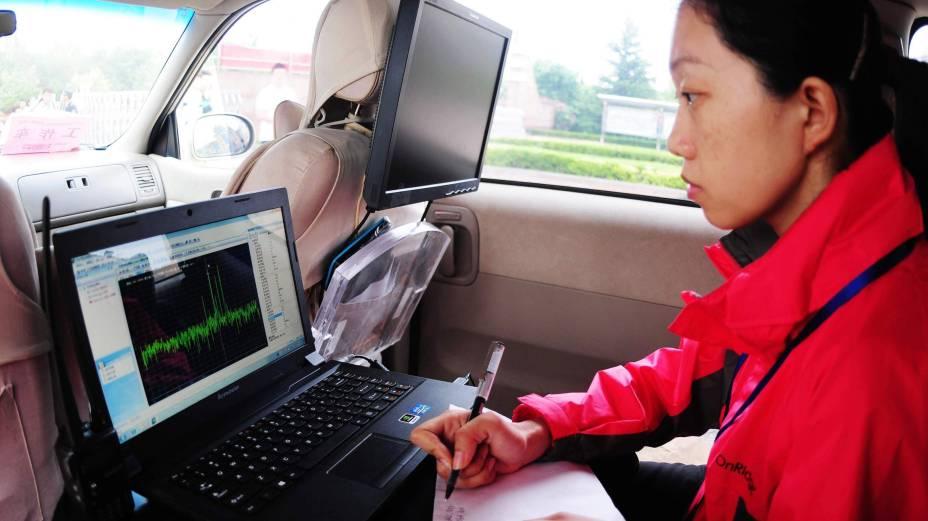 Fiscal utiliza um computador para monitorar sinais de rádio próximo aos locais de prova. Objetivo é coibir tentativas de fraude no exame