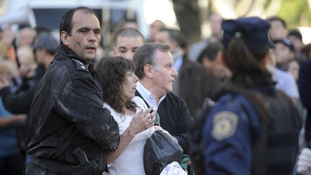 Equipes de socorro retiram mulher ferida em explosão