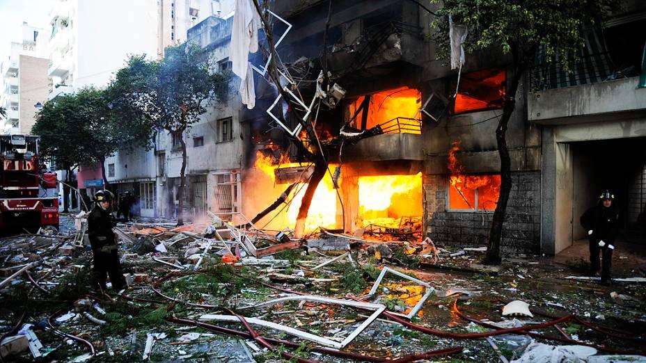 Forte explosão provocou incêndio, que já foi controlado pelos bombeiros
