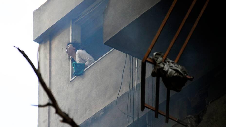 Mulher grita na janela de prédio que explodiu após vazamento de gás em Rosário