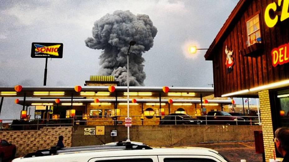 Coluna de fumaça da explosão na fábrica em West foi vista por vários habitantes da região