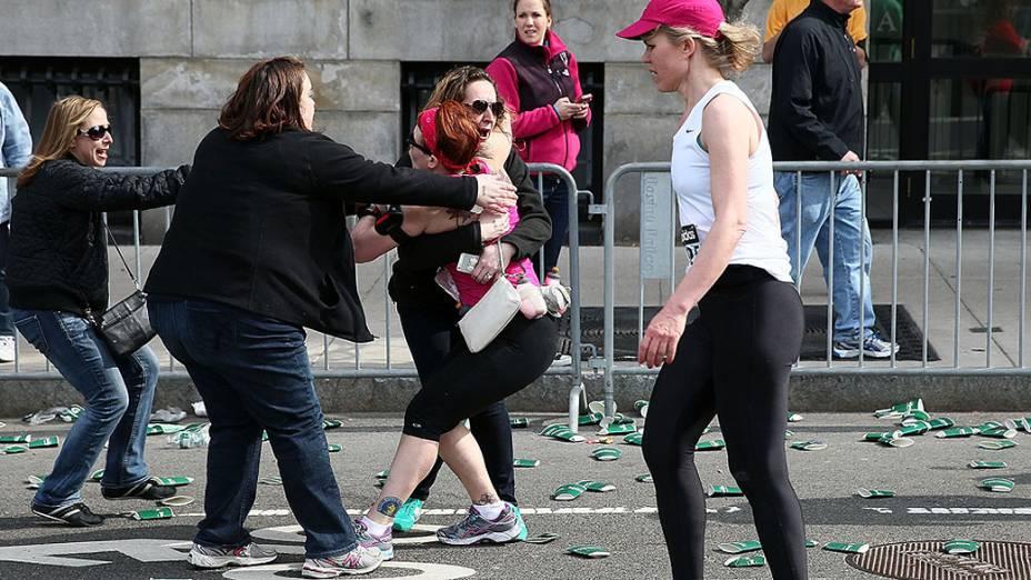 Pessoas entram em pânico após duas explosões na maratona de Boston