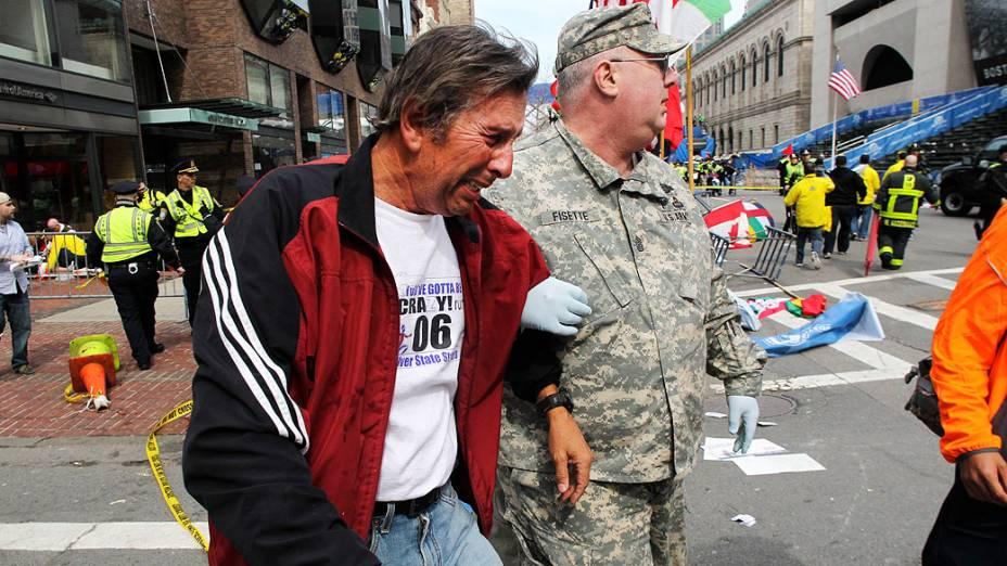 Homem chora após as explosões na maratona de Boston