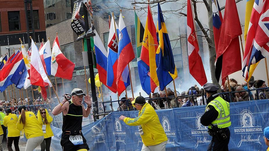 Duas explosões simultâneas no meio da multidão na linha de chegada da Maratona de Boston nesta segunda-feira (15), deixaram ao menos duas pessoas mortas e dezenas de feridos