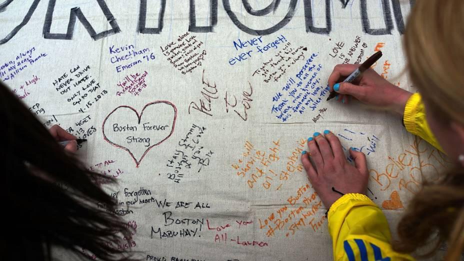 População escreve mural em homenagem às vítimas dos atentados ocorridos durante a Maratona de Boston
