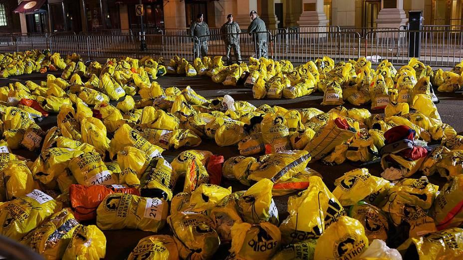 Diversas sacolas com pertences de maratonistas foram deixadas perto do local das explosões