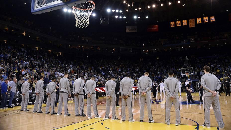 Jogadores do San Antonio Spurs e Golden State Warriors, da NBA, fazem 1 minuto de silêncio para vítimas de explosão nos EUA