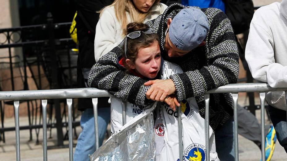 Garota chora ao acompanhar o resgate dos feridos na explosão em Boston