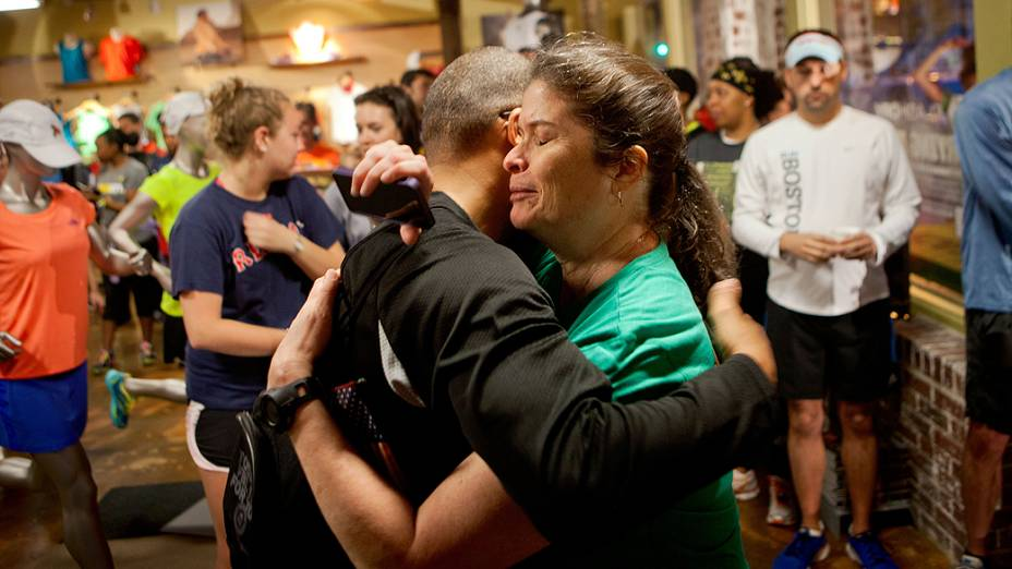 Mulher abraça seu amigo depois das explosões em Boston