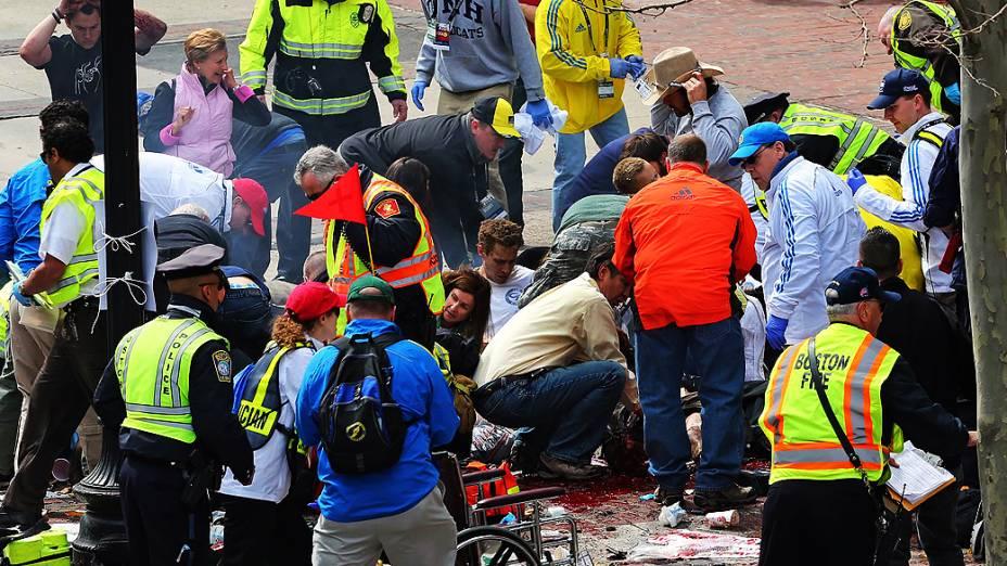 Feridos recebem atendimento no local de explosão perto da linha de chegada da Maratona de Boston