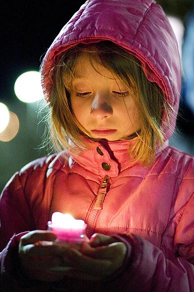 Jovem participa de vigília pelas vítimas de Boston