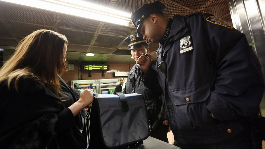 Policiais inspecionam mala de mulher no Grand Central Terminal, em Manhattan, Nova York