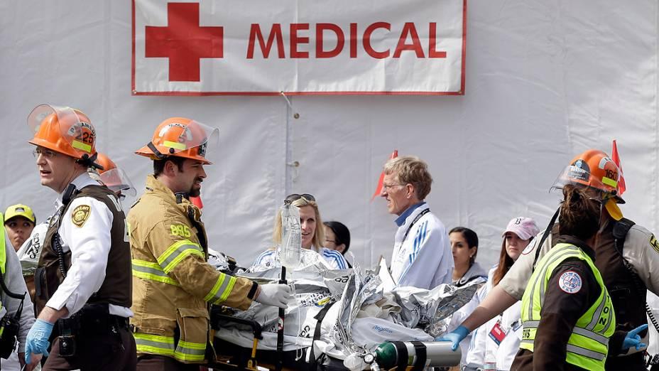 Médicos e bombeiros trabalham no atendimento a feridos após explosões na Maratona de Boston