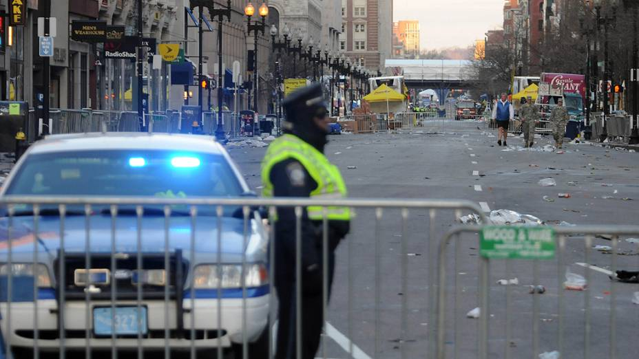 Policial guarda as ruas Boylston e Arlington, em Boston, onde ocorreu a maratona de Boston