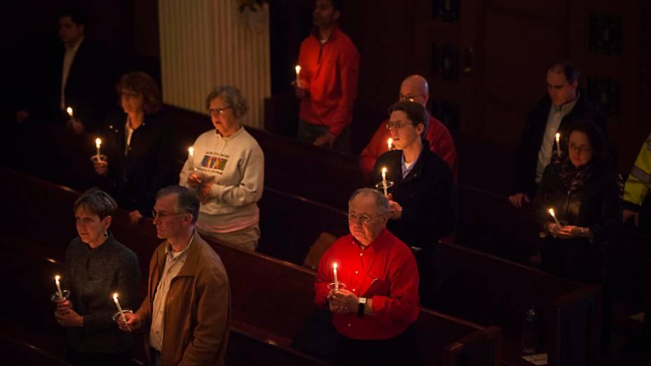 Cerimônia ecumênica homenageia as vítimas dos atentados durante a Maratona, no Paulist Center, em Boston, Massachusetts