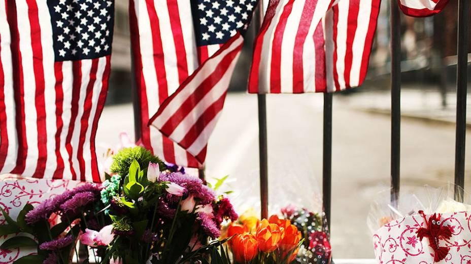 Flores são deixadas em um portão de segurança perto da cena do ataque a bomba na Maratona de Boston