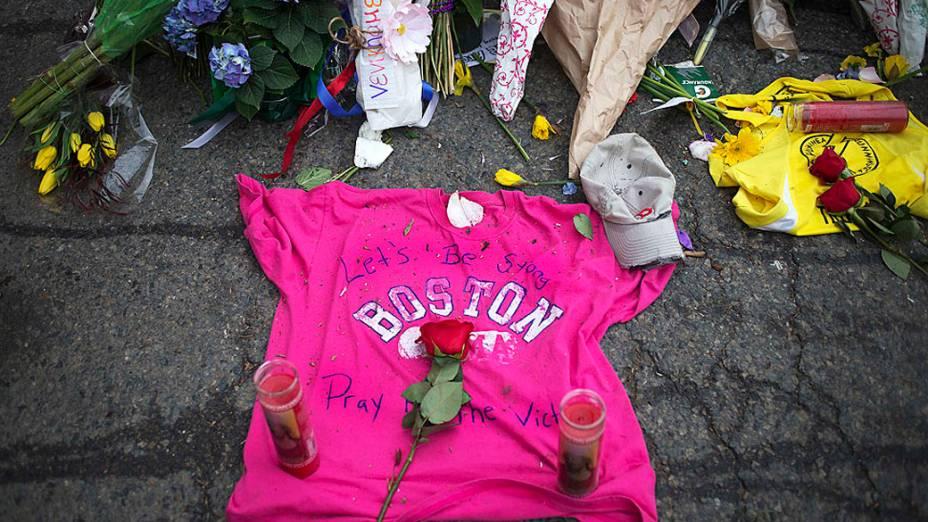 Memorial é improvisado na Boylston Street, um dia depois das duas explosões que atingiram espectadores da Maratona de Boston