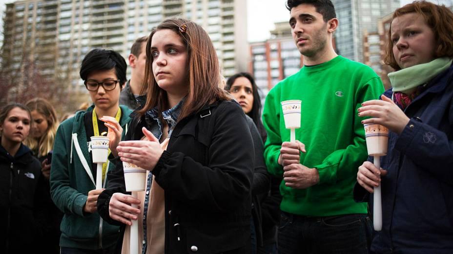 População faz vigília em homenagem às vítimas dos atentados ocorridos durante a Maratona de Boston