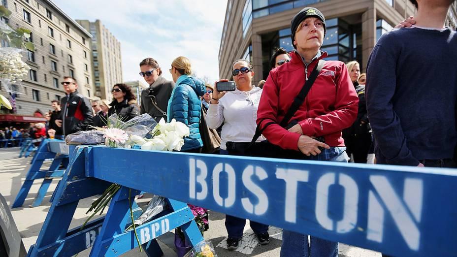 População se reúne durante um minuto de silêncio em homenagem às vítimas do atentado Maratona de Boston em Copley Square, perto dos locais do bombardeio