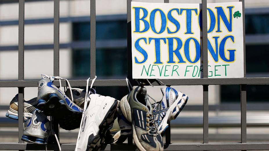 Tênis são colocados junto aos portões da embaixada dos Estados Unidos em Otawa, Canadá para homenagear as vítimas do atentado durante a Maratona de Boston