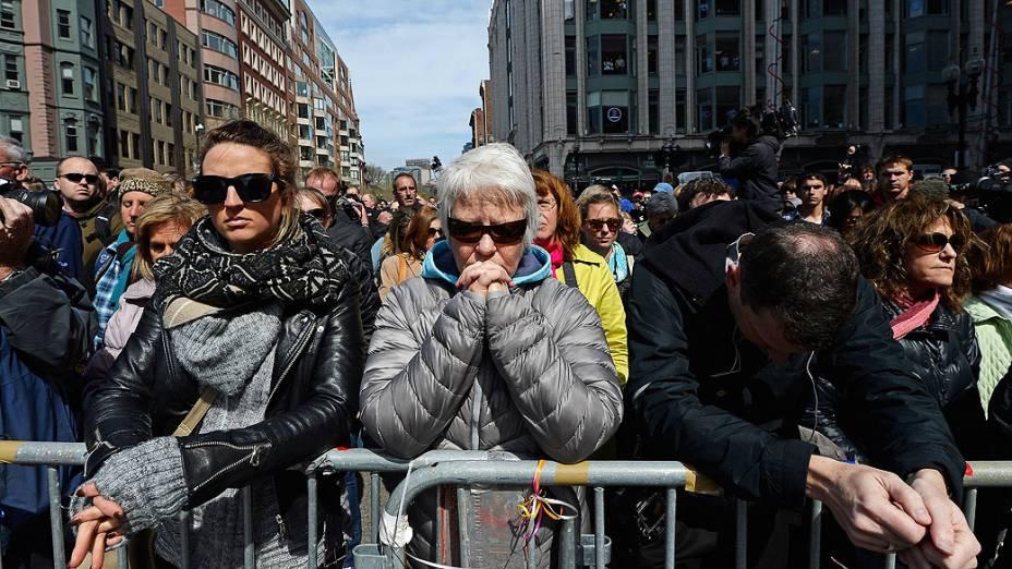 População se reúne durante um minuto de silêncio em homenagem às vítimas do atentado Maratona de Boston em Medford, Massachusetts