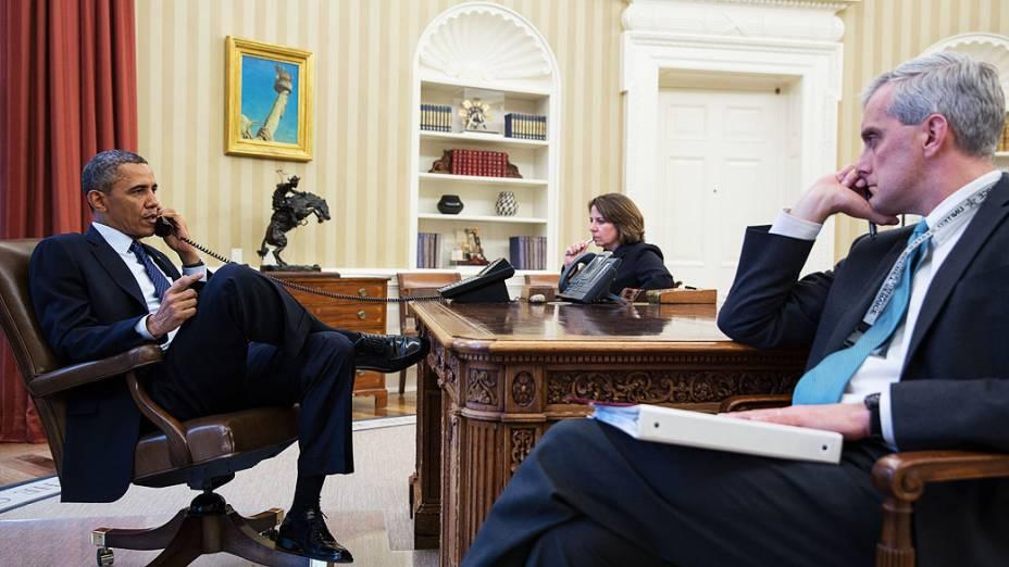Foto divulgada pela Casa Branca registra o momento em que o presidente Barack Obama recebe a ligação do diretor do FBI Robert Mueller informando sobre as explosões ocorridas em Boston nesta segunda feira (15)