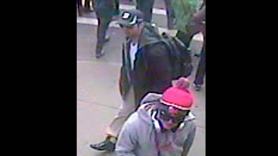 FBI divulga imagem dos suspeitos de participar do atentado durante a Maratona de Boston na segunda feira, (15)