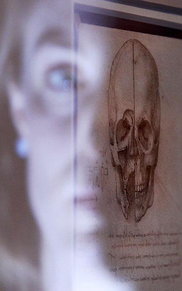 """<p>Rosto refletido na moldura do desenho """"Um crânio seccionado, 1489"""" exposto na Queens Gallery no Palácio de Buckingham em Londres</p>"""