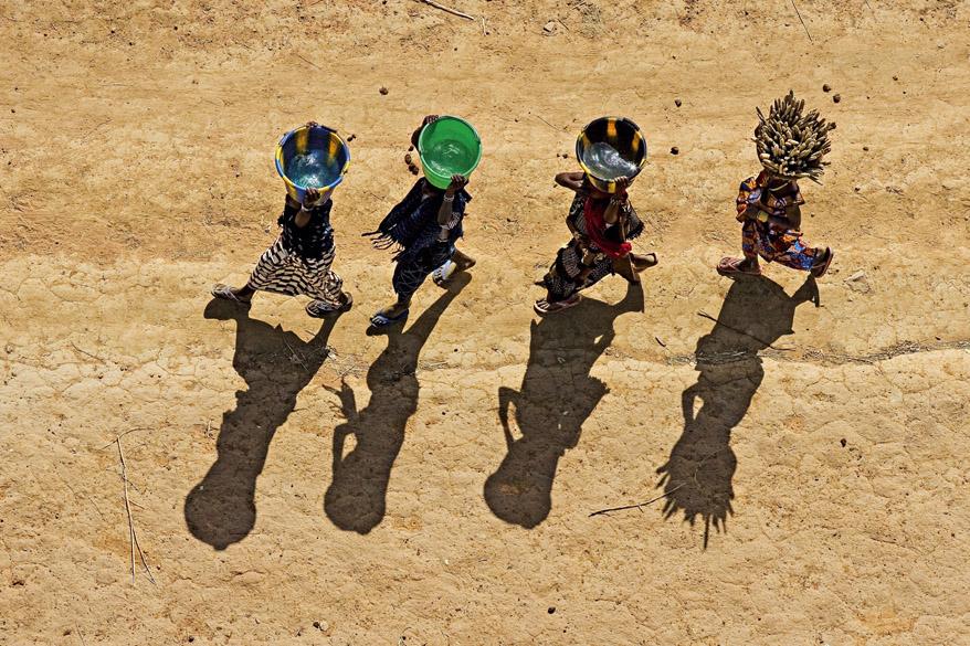 <p>Moças carregando baldes ao país Dogão perto de Bandiagara, Mali (14°20' N – 3°37' O)</p>