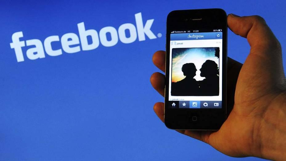 Em abril, o Facebook paga 1 bilhão de dólares para adquirir o Instagram