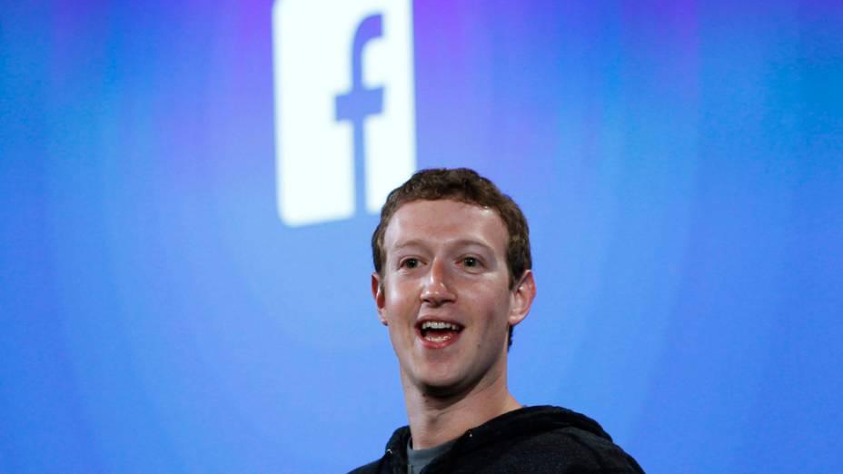 Mark Zuckerberg fala durante o lançamento do novo celular do Facebook com sistema Android