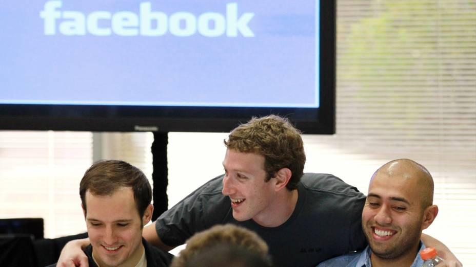 Facebook fundador e CEO Mark Zuckerberg cumprimenta funcionários do Facebook, na sede da empresa em Palo Alto, Califórnia