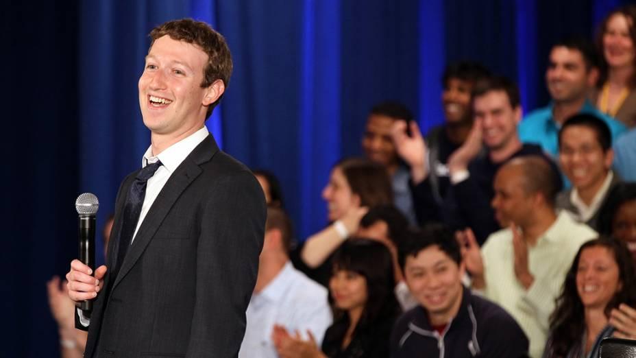 Mark Zuckerberg antes do início de uma reunião com o presidente Barack Obama, na sede do Facebook, em Palo Alto, Califórnia