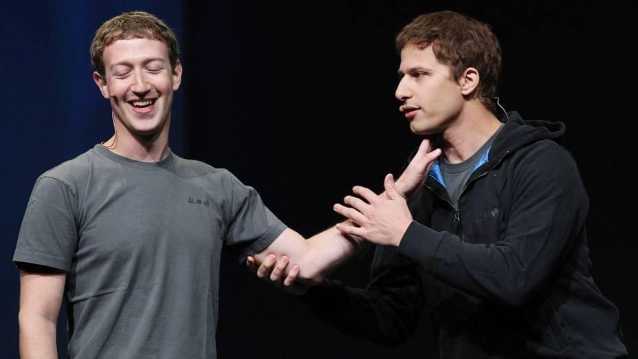 CEO do Facebook, Mark Zuckerberg brinca com o comediante Andy Sandberg, durante a conferência f8 em setembro de 2011, na cidade de São Francisco, Califórnia