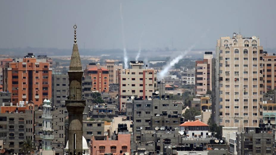 Na imagem,um dos foguetes disparados de Gaza em direção a Israel atinge a cidade, em 15/07/2014