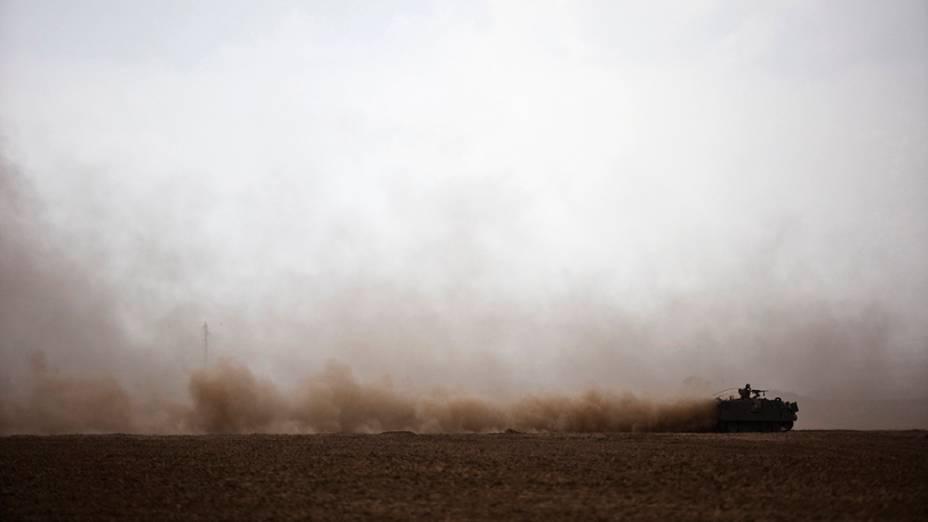 Um tanque de guerra é vistoem torno da Faixa de Gaza. Militantes palestinos dispararam, nesta terça-feira(15), foguetes contra Israel, após um acordo para o cessar-fogodo Estado com diplomaciais internacionais; OHamas informouque o grupo islâmico não está de acordo e que os ataques continuarão