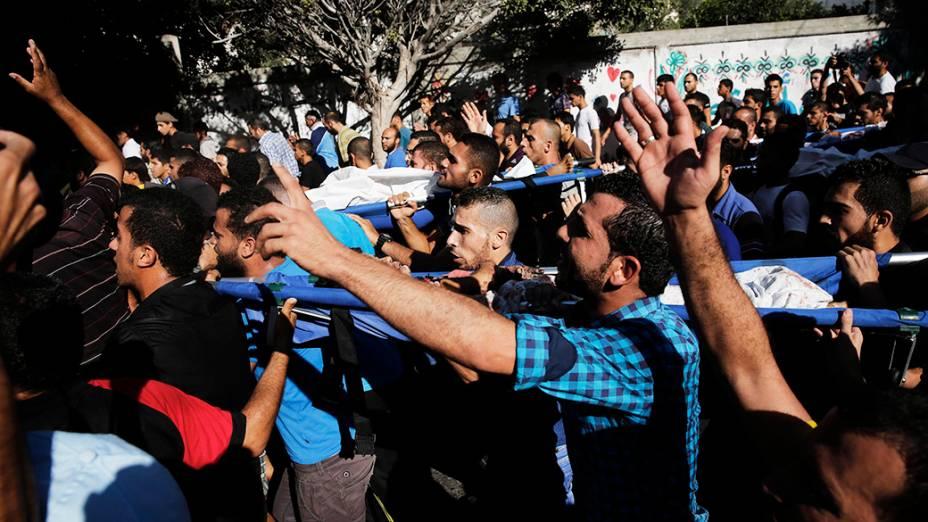 Na imagem, funeral de quatro crianças palestinas mortas por foguetes lançados de Israel em direção a uma praia, na cidade de Gaza, em 16/07/2014