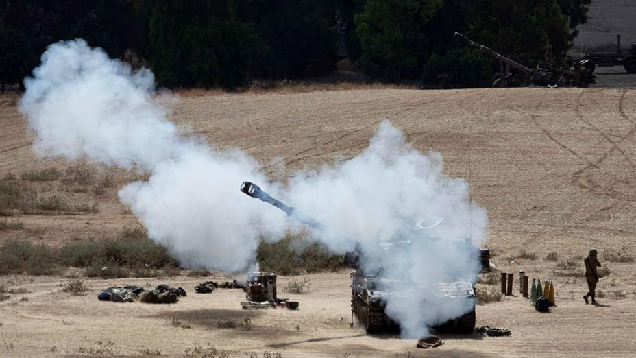 Tanque de guerraisraelense dispara em direção a cidade de Gaza, na Palestina, em 16/07/2014. A tensão na região já dura nove dias