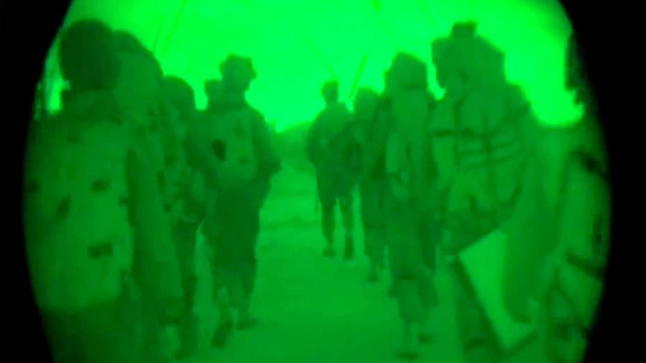 Soldados israelenses são vistos depois de entrar na Faixa de Gaza. A imagem foi divulgada pelasForças de Defesa de Israel (IDF). O país intensificou sua ofensiva terrestre na região com artilharia, tanques e navios de guerra, na madrugada desta sexta-feira (18)